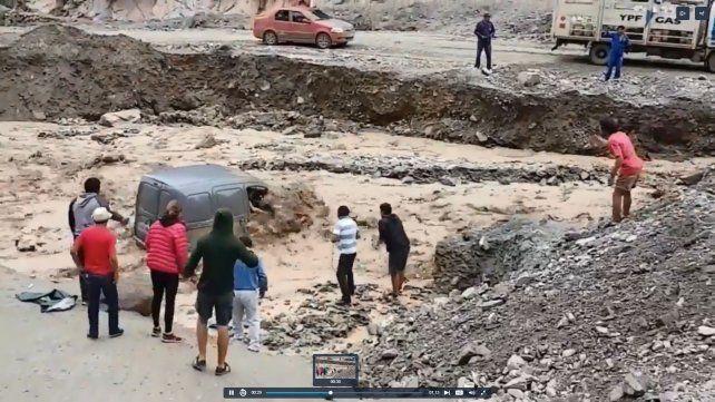 VIDEO: Salvaron de milagro a una mujer atrapada dentro de su auto por las inundaciones