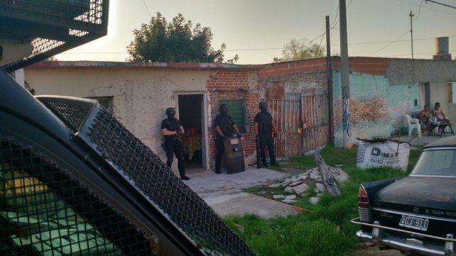 En zona oeste. El personal policial en el momento en que se inspeccionó un domicilio.
