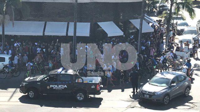 Entre escraches y largas colas, la policía trasladó a un integrante del equipo de youtubers uruguayos