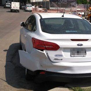 insolito: un auto sin conductor choco a otro en pleno bulevar