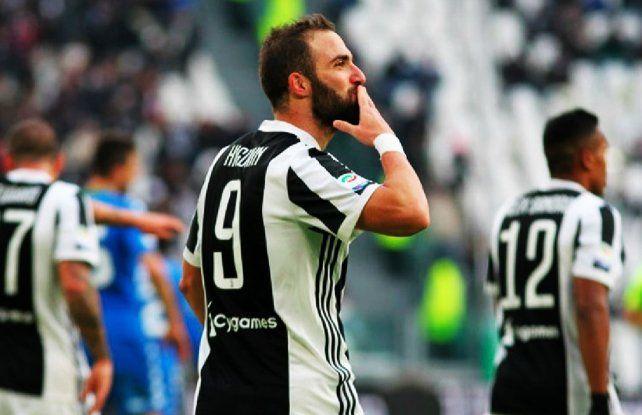 Con un gol de Higuaín, la Juve llegó a la punta en Italia