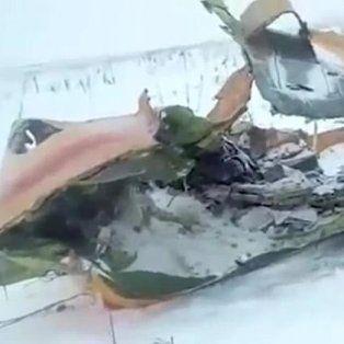 Los restos del avión, esparcidos entre la nieve.