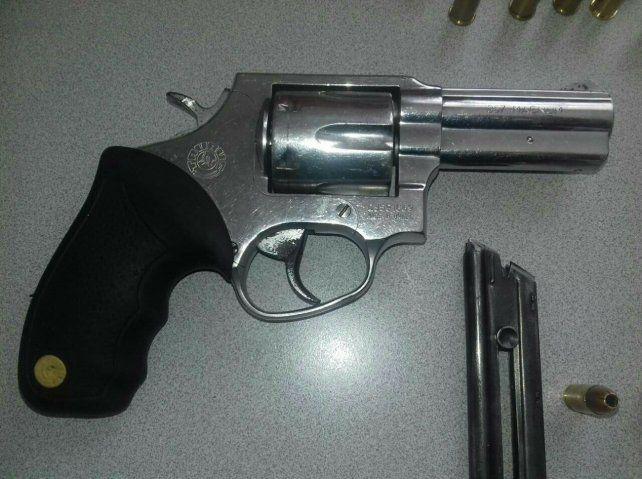 Detuvieron a un hombre con un revólver cargado de balas en su auto particular