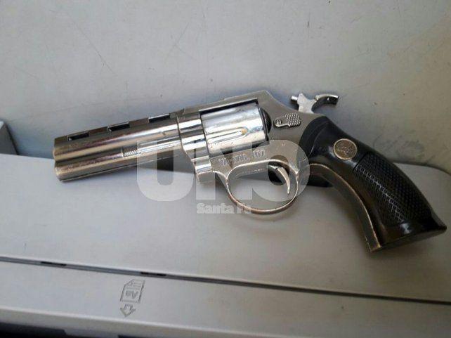 Atrapan a un delincuente con un arma de guerra después de un tiroteo en B° San José