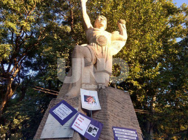 El monumento a Carlos Monzón se tiñó de lila en la Costanera