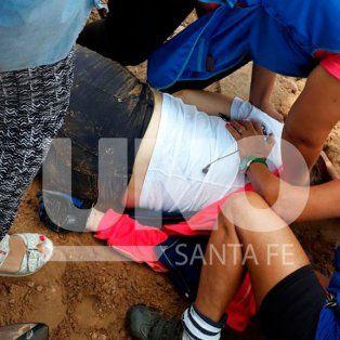 En los minutos posteriores del ataque, las compañeras de la docente intentaron realizar primeros auxilios a la víctima. (Gentileza LT10).