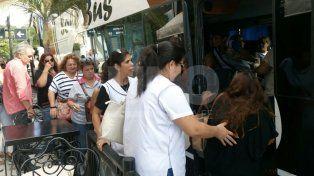 Muestras de dolor. Antes de partir los colegas de Vanesa Soledad Castillo hicieron un aplauso en su memoria.