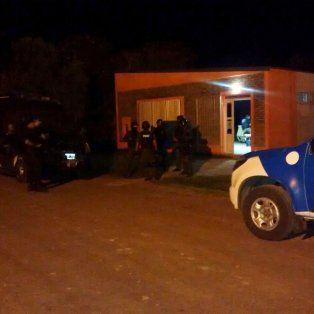Policías en la sede de Cáritas de calle La Pampa, donde se se produjo el hecho.