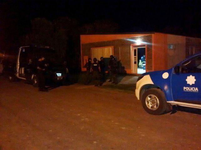 Policías en la sede de Cáritas de calle La Pampa