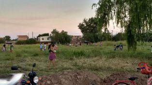 En la imagen, algunas de las personas que intentaron instalarse en el terreno baldío.