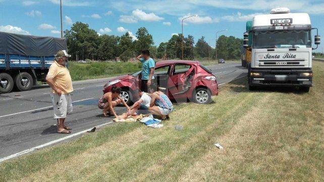 Volcó un camión cargado de papas frente a La Tatenguita tras chocar contra un auto