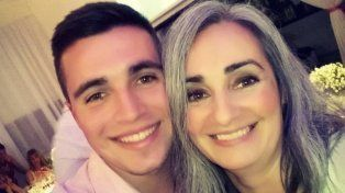 Augusto junto a su mamá Alejandra.