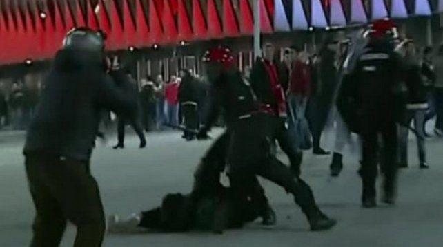 Tragedia en la Liga de Europa: murió un policía tras una brutal pelea