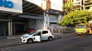 Perdió el control, chocó y volcó en pleno Bulevar Gálvez