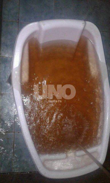 Reconquista: piden explicaciones por el agua amarronada, con olor nauseabundo