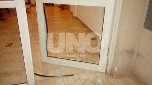 Destrozado. Así quedó el vidrio de la puerta del edificio de Mariano Comas al 2900