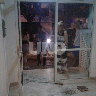 Los habitantes del edificio, realizando la denuncia ante la policía y limpiando los destrozos luego del robo