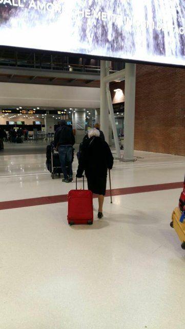 La abuela en el aeropuerto.