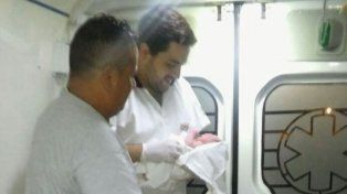 Personal del servicio de emergencia 107 asistió un parto en la calle en Villa del Parque