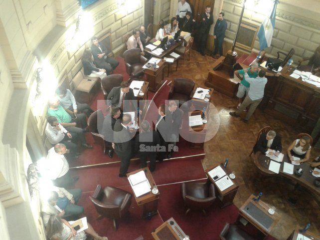 Discusión. Los senadores oficialistas durante el cuarto intermedio previo a la votación de la reforma tributaria.