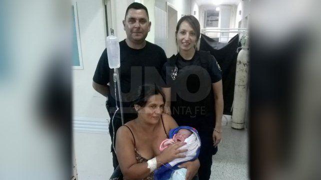 Tuvo a su hijo en plena calle con ayuda de policías y enfermeros