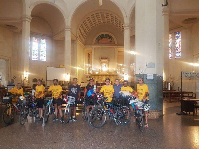 Todo el grupo que realizó la peregrinación se sacó una foto dentro de la parroquia de la Virgen de Itatí.