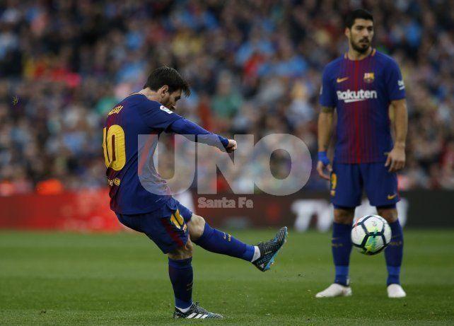 Con un gol de tiro libre de Messi, Barcelona va rumbo a un nuevo título