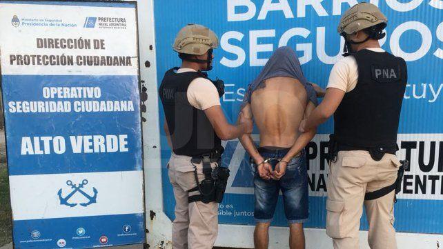 Arrestaron a un sujeto con un arma de guerra cargada en Alto Verde