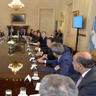 Pacto. En noviembre del año pasado Macri firmó el consenso fiscal con todas las provincias, menos San Luis, y prometió a Santa Fe hacer una oferta por la deuda antes del 31 de marzo de 2018.