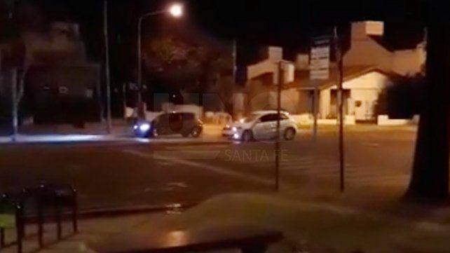 Así corren picadas en la Costanera frente al Hogar Estrada