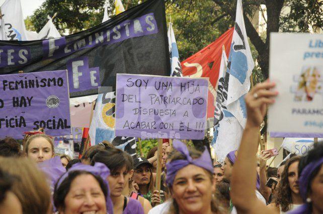 Más de 4.000 mujeres marcharon hacia la Legislatura para reclamar por sus derechos