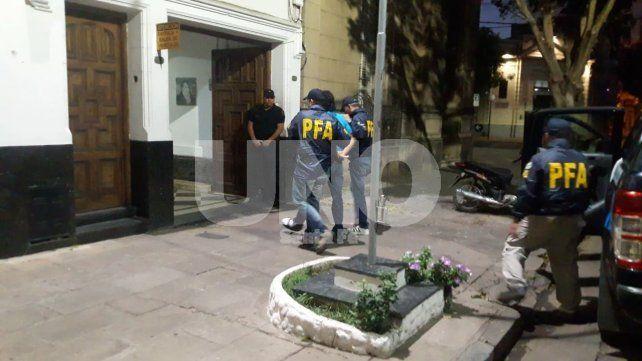 Trasladado. El detenido fue llevado hasta la Delegación de la Policía Federal para ser identificado.