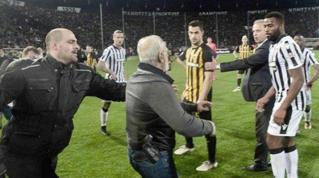 El dueño del PAOK Salónica ingresó al campo de juego con un arma