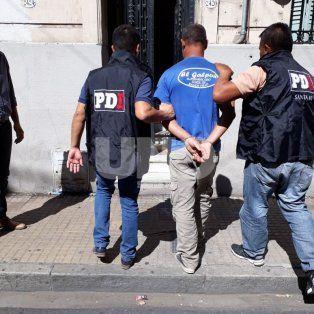 Detención. Efectivos de la Policía de Investigaciones trasladan al sospechoso.