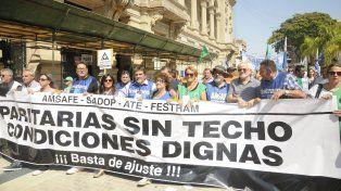 Multitudinaria marcha de trabajadores en el microcentro santafesino