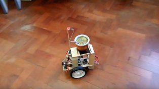 Un santafesino inventó un robot que reparte mates para que tomen todos