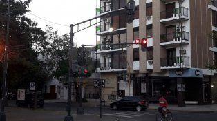 Un semáforo se inclinó en Sarmiento y bulevard Gálvez.