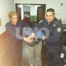 Un delincuente buscó refugio arriba de un árbol y terminó preso en un calabozo