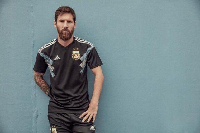 Messi presentó la camiseta alternativa de Argentina
