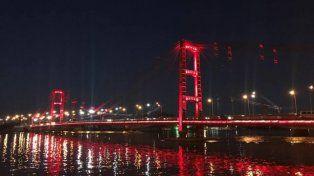 Está previsto que en el evento se prendan las luces del puente de color rojo.