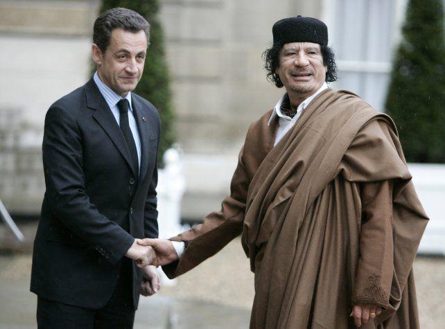 El expresidente Sarkozy junto al fallecido líder libio Muammar Kaddafi.