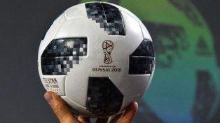 ¡La pelota del partido inaugural del Mundial se va al espacio!