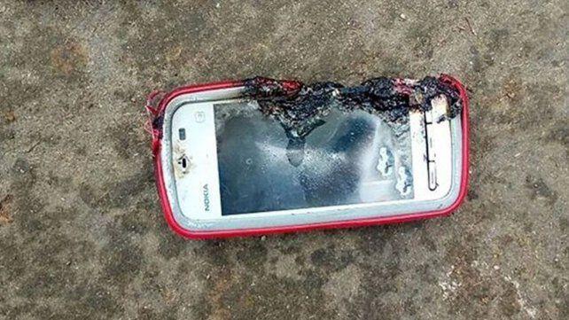 Le explotó el celular mientras hablaba y murió
