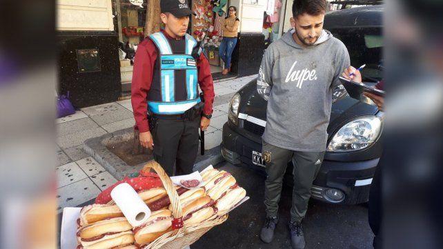 Demoraron a un vendedor de sándwiches en la calle y lo bancaron en las redes