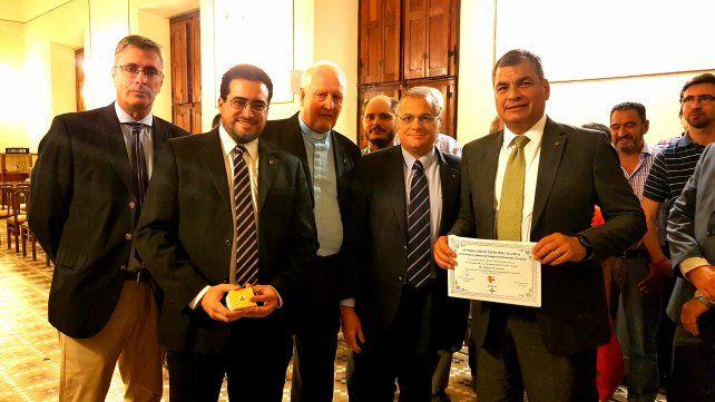 Reconocimiento. Correa recibió el diplomaque lo acredita como visitante ilustre del Colegio y de la Asociación de Exalumnos del Colegio.