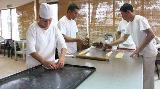 Comenzó la producción de roscas de Pascua en la panadería Furman