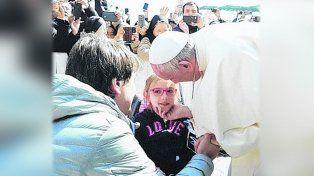 El Papa sorprendió a Brisa, la primera santafesina que contará con un perro de servicio