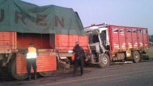 Rescataron a un chofer y su acompañante en un cuádruple choque de camiones