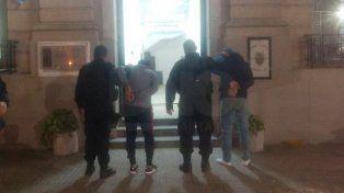 Infraganti. El momento en que trasladaban a los detenidos a la seccional.