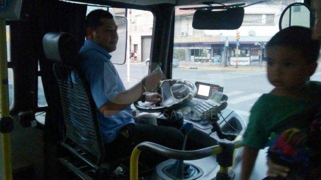 Un festejo de Pascuas muy especial: trabajando y obsequiando a sus pasajeros